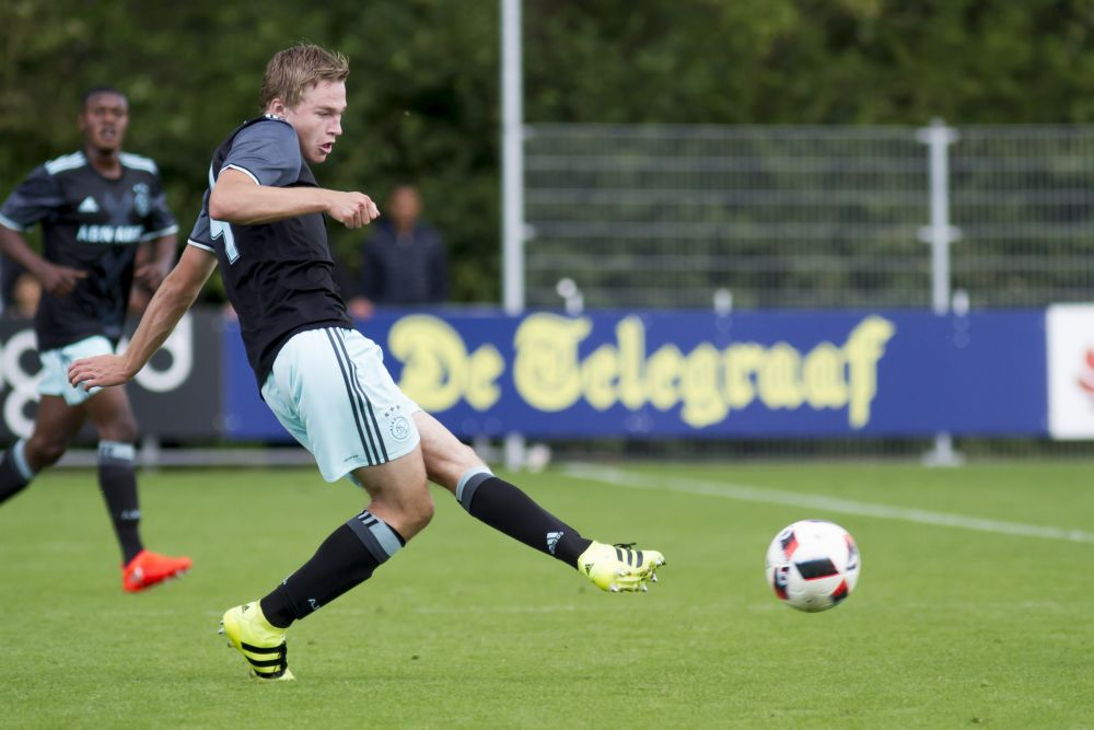 Ajax verlengt contract Boy Kemper